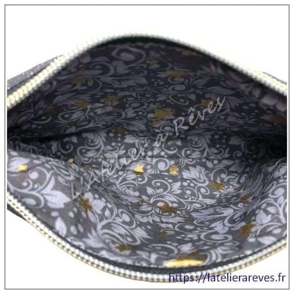 """La pochette brodée """"femme au chapeau"""" – gris anthracite et liège véritable – intérieur gris"""